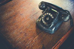 机の上に置かれた黒電話