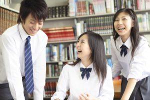 二人の女子高生と一人の男子高校生